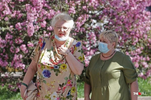 На улице маску можно не носить, а вот в магазине, аптеке или в транспорте надевать её нужно обязательно