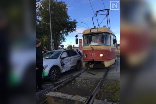 Автовладелец получил сильнейший удар от трамвая в водительскую дверь. Бдительность и расчет маневров — ключевые факторы безопасности на дороге