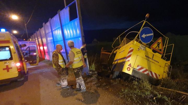 «Водителя увезли в больницу»: ночью в Кузнечихе перевернулся КАМАЗ с прицепом