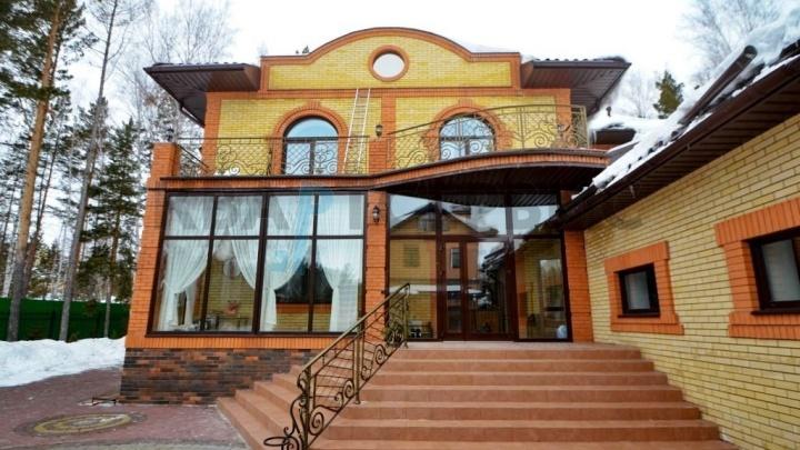 Под Омском за 38 миллионов продают коттедж с роскошным бассейном и зимним садом