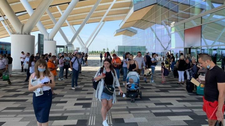 Аэропорт Платов прервал работу из-за сообщения о бомбе. Это вторая эвакуация за неделю