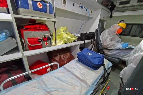 Из ежедневного количества заболевших госпитализируют меньшую часть, но это не отменяет серьезной нагрузки на врачей — люди стали болеть тяжелее