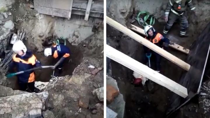 На Станционной строителя засыпало землёй в траншее — его искали полтора часа