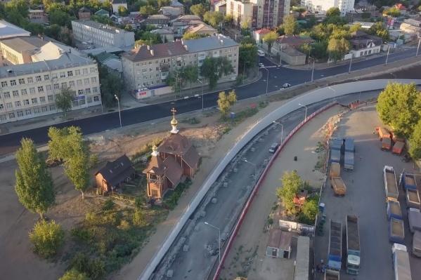 Новая дорога окружает здание с обеих сторон
