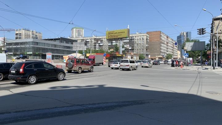 Смотрим на перекрёсток возле ЦУМа, где 4-полосный проспект превращается в 2-полосную улочку