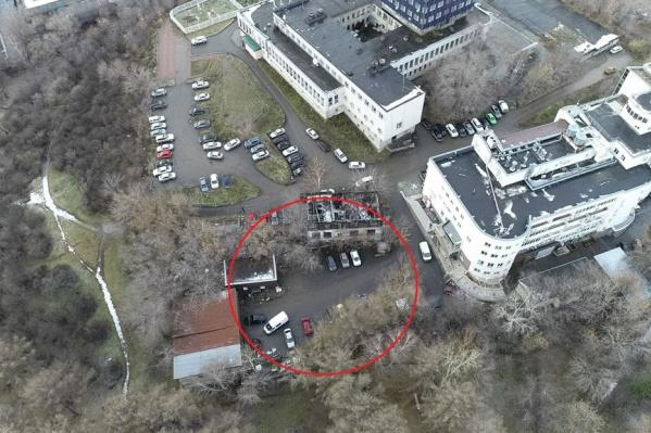Многоэтажный дом предлагают построить на участке, который выделен кругом