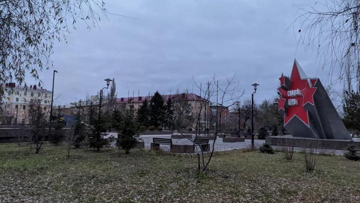 Буквы с памятника на бульваре Победы нашли рядом с монументом. Раньше они уже отпадали