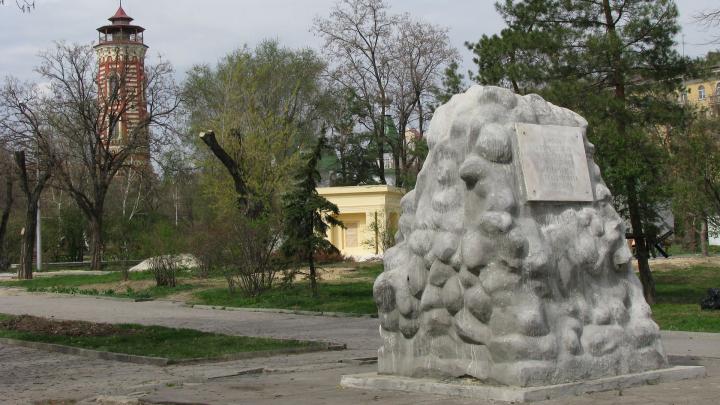 Заброшенную братскую могилу героев революции в центре Волгограда признали памятником