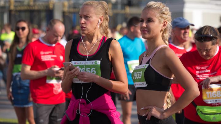 Уменьшает грудь и разрушает суставы? Разбираем пять главных страшилок про бег