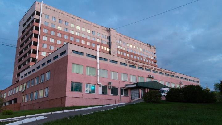 «Держат в коридоре, кормят только пациенты»: омичка пожаловалась на условия в ГБ-1 Кабанова