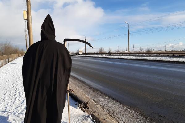 Такая фигура сегодня встречала курганских водителейна проспекте имени Маршала Голикова и проспекте Конституции