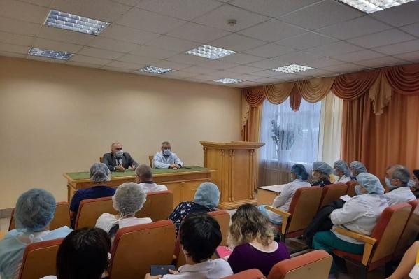 Министр на встрече с коллективом больницы