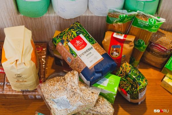 Наборы состоят из консервов, тушенки, круп, масла и кондитерских изделий