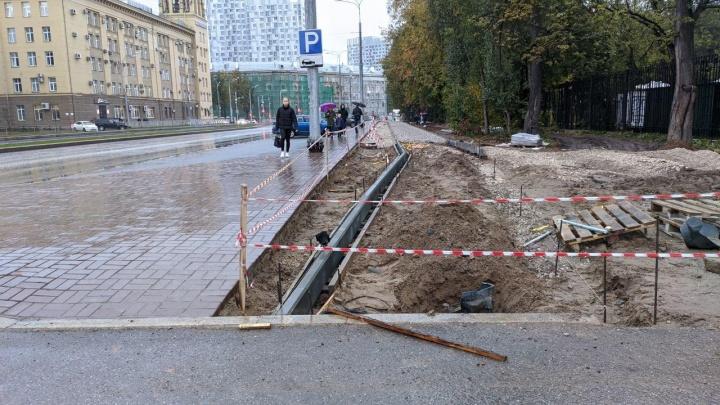 Велодорожки в никуда, очень узкие тротуары и уже треснувшая плитка. Активисты — о «хреноустройстве имени Революции»