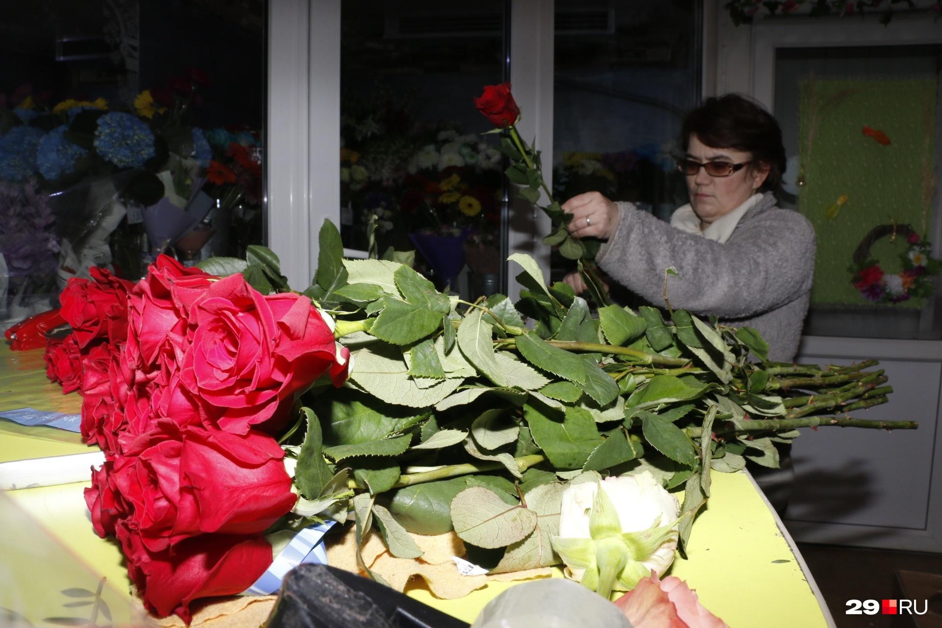 Обязательно попросите продавца упаковать цветы в бумагу