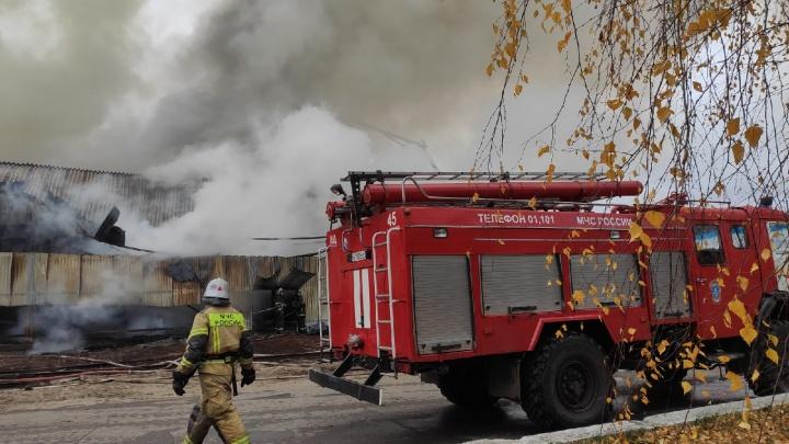 Склад, полный горючих материалов, удалось потушить: всë, что известно о пожаре