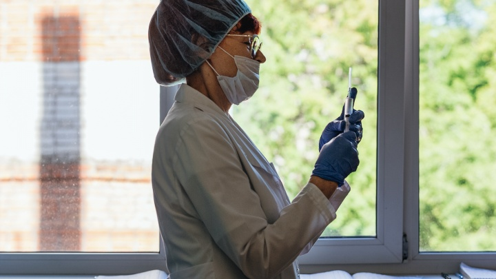 Вирусолог рассказал, как в России делают вакцину от коронавируса и сколько еще её ждать