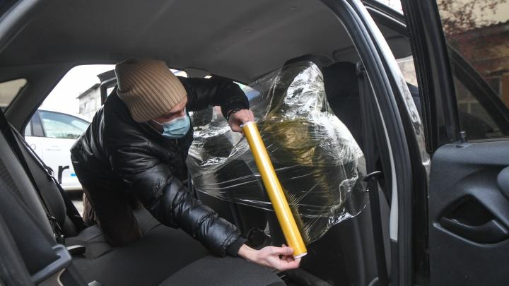 Ограничивают обзор, добавляют слепых зон: автоэксперт о минусах антиковидных перегородок в такси