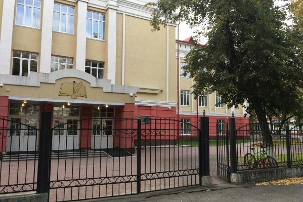 Школу № 25, которая находится в центре Тюмени и считается элитной, не стали закрывать на карантин