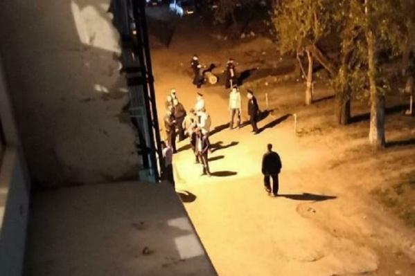 На месте происшествия: к дому приехали полицейские и разговаривают с участниками конфликта