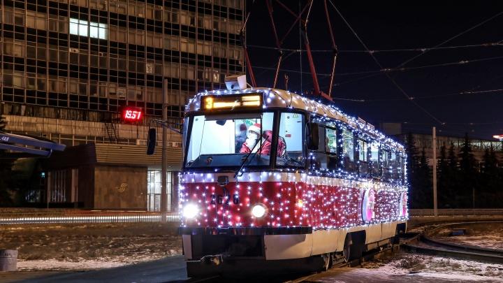«Детям хотелось повстречать Деда Мороза»: новогодние трамваи вышли на маршрут в Нижнем Новгороде