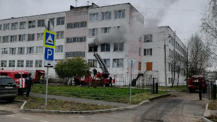 Из окна валил дым: в Рыбинске загорелась школа