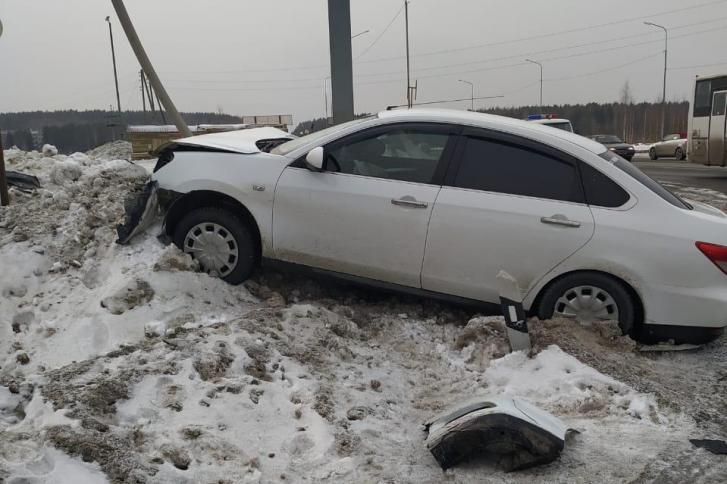 Nissan вынесло с дороги