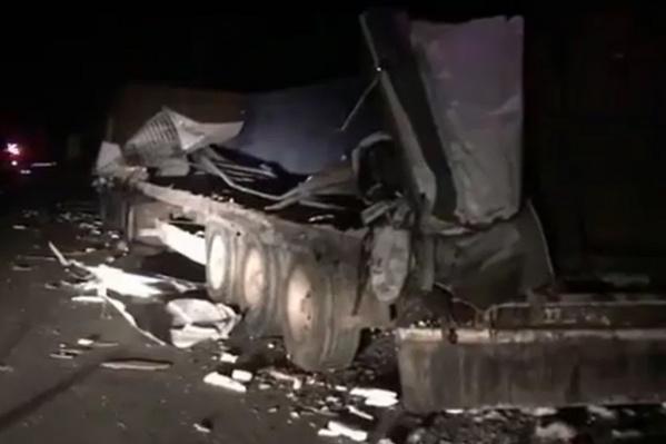 Удар был такой силы, что фургон отбросило на водителя большегруза