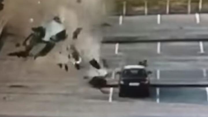 Дорожное видео недели: страшный полет такси, погоня со стрельбой и нелегальный ремонт дороги на Уралмаше