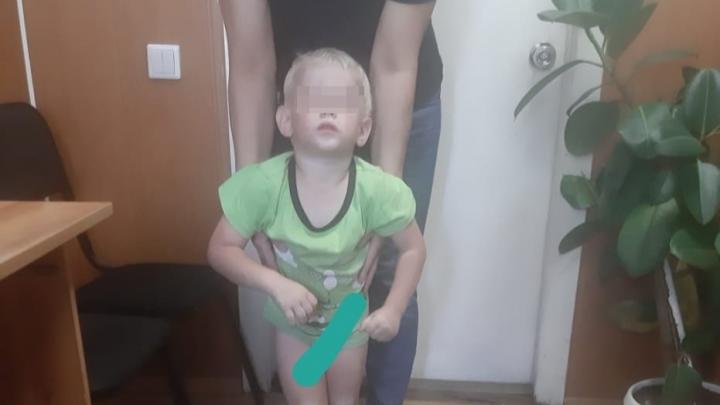 Трёхлетний мальчик ушёл гулять по Московке, пока родители спали