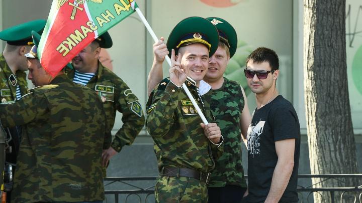 Обошлись без ЦПКиО: фоторепортаж с гуляний пограничников в Екатеринбурге