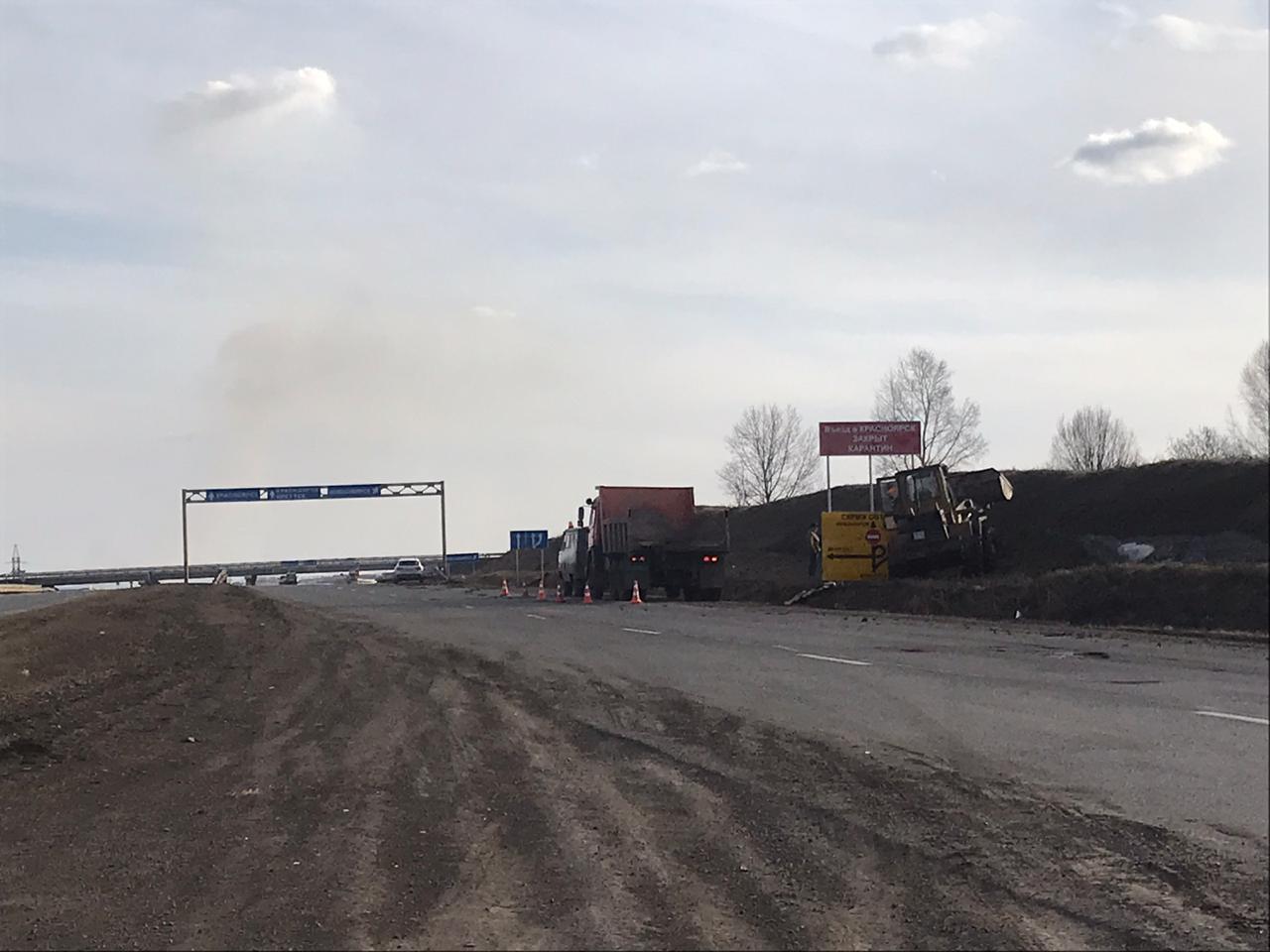 На границах города выставляют знаки о карантине в Красноярске