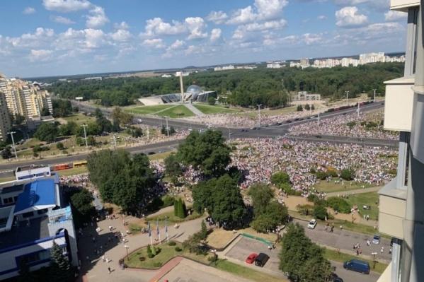 Фотографии воскресного митинга против действующего президента Белоруссии заполонили интернет<br>