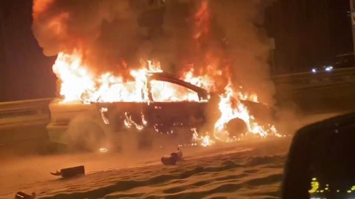 В Екатеринбурге посреди улицы загорелся автомобиль. На дороге образовалась пробка