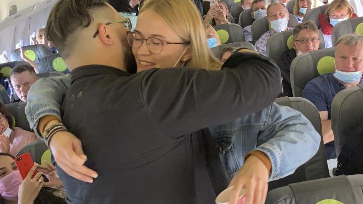 «Шанса отказаться нет»: парень сделал предложение своей девушке на борту самолёта. Видео