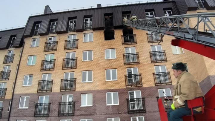 Из-за пожара рано утром жителей Винзилей спасали из горящего дома с помощью автолестницы