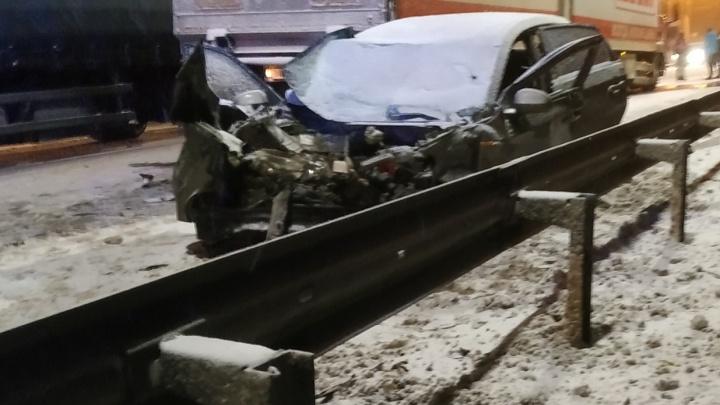 Трое пострадавших: на окружной в Ярославле «Чери» врезалась в фуру и отлетела в ограждение