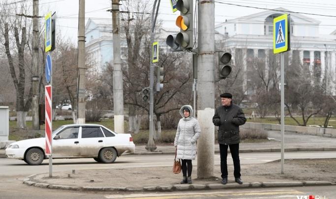 «Красный горит две минуты, зеленый — 20 секунд»: на пересечении проспектов Ленина и Металлургов снова перенастроили светофоры