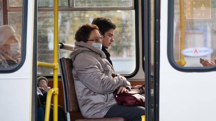 В автобусах Архангельска волонтеры будут раздавать маски тем, кто едет без них