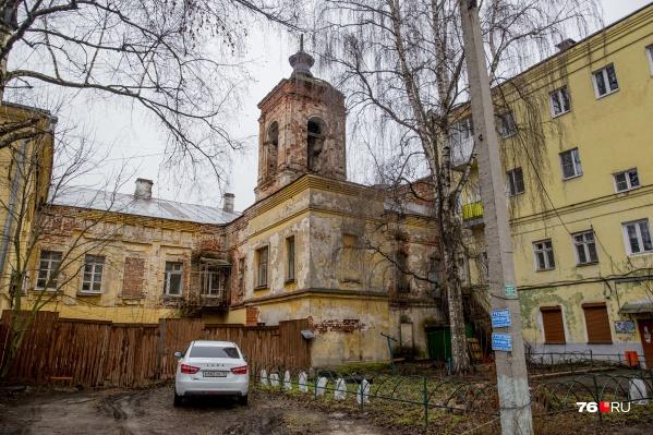 А вы видели на Максимова этот дом с башней?