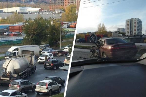 Из-за массовой аварии на улице Большевистской собирается большая пробка