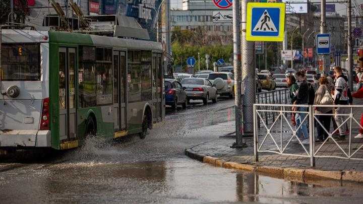 Новосибирск снова затопило — смотрим, как машины и пешеходы справляются с последствиями ливня