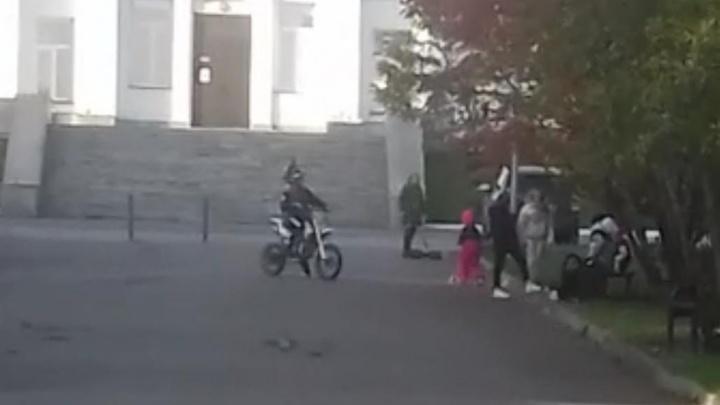 На набережной Обского водохранилища мальчик на мотоцикле сбил 6-летнюю девочку и сбежал
