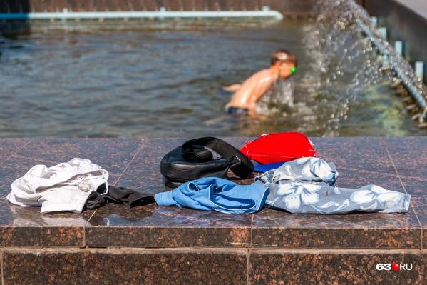 Спасение от жары — в брызгах фонтана