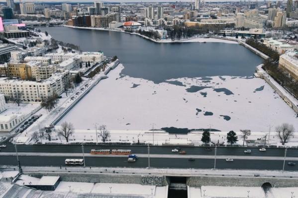 Пруд уже почти покрылся льдом