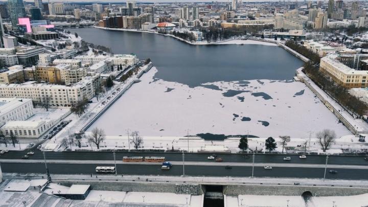Почти замерз: летаем над Городским прудом, который постепенно затягивает льдом