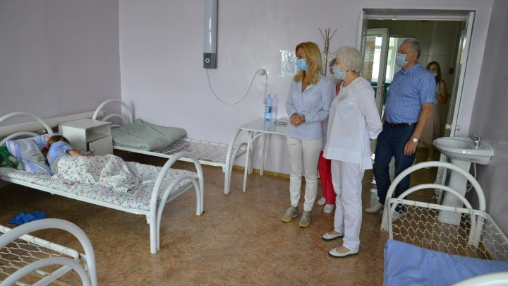 Пустующий роддом и 30 тысяч для педиатров: глава омского Минздрава проверила районные больницы