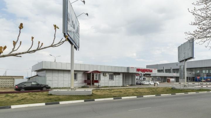 Ради безопасности кортежей: волгоградскому аэропорту запретили отгораживать кафе двухметровым забором