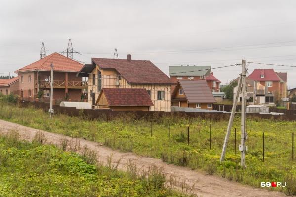 Дома в деревне Адищево, СНТ «Ерепеты» и пяти микрорайонах Перми оказались в охранной зоне нефтепровода, и потому должны быть снесены (на фото — Запруд)