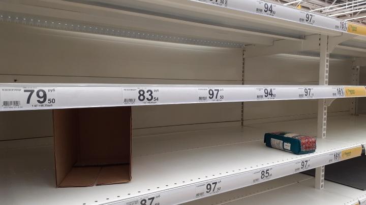 Макароны сметают, консервы не берут: на что в нижегородских магазинах вырос спрос из-за коронавируса